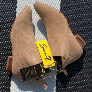 New with tags Ankle boots
